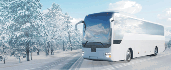 Bus sur route enneigée