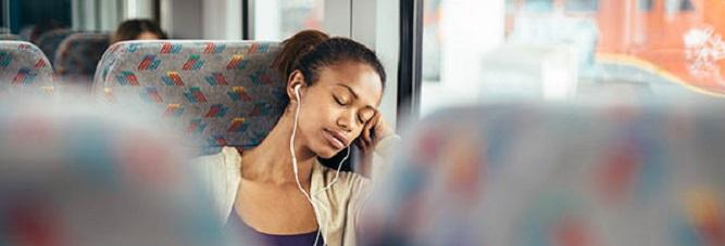 Femme qui dort dans un autocar