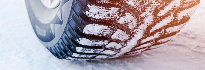 Roue de voiture dans la neige